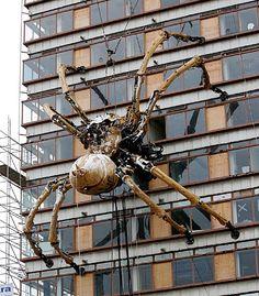 L'araignée géante de Royal Deluxe escaladant un immeuble,  Liverpool, photo: malarkey