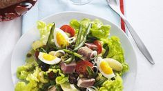 Der französische Klassiker unter den Salaten wird immer gern genommen: Nizzasalat mit Thunfisch, Oliven und Eiern | http://eatsmarter.de/rezepte/nizzasalat-mit-thunfisch-oliven-und-eiern