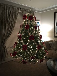 50 Trendy and Beautiful DIY Christmas Lights Decoration Ideas - The Trending House Creative Christmas Trees, Ribbon On Christmas Tree, Beautiful Christmas Trees, Christmas Tree Themes, Blue Christmas, Christmas Home, Christmas Tree Decorations, Christmas Lights, Christmas Holidays