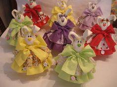 Coelha em biscuit, sobre ovo de cerâmica, pintado por dentro e por fora, a roupa da coelha é de tecido. A cor da coelhinha fica a critério do cliente. O ovo é dividido em duas parte, ideal para colocar chocolate, balinhas, etc. <br>Os chocolates são meramente ilustrativos.