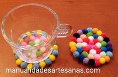Ideas para hacer #posavasos con mini #pompones y base de #cartón  #HOWTO #DIY #artesania #manualidades #reciclaje Recycled Materials, Recycling, Diy Crafts, Ideas, Coasters, Upcycle, Hand Made, Blouses, Colors