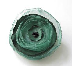 Anstecker - Blüten - Anstecker Brosche Organza-Satin-Blüte grün - ein Designerstück von soschoen bei DaWanda