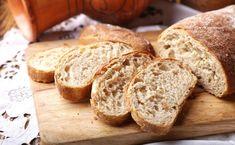 Mrożenie chleba to przydatny kuchenny trick. Dzięki niemu ograniczysz marnowanie jedzenia i zyskasz na czasie (będziesz mógł zrobić zakupy na zapas). Zastanawiasz się, czy pieczywo po rozmrożeniu nie będzie ci smakować? Pracownik piekarni mówi, co zrobić, żeby na pewno tak było.