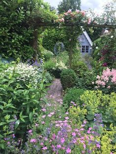 Affordable And Effective Cottage Garden Designing Methods For Your Home Your home is your world, and much like the world around us, looks are important. Urban Garden Design, English Garden Design, Contemporary Garden Design, Back Gardens, Outdoor Gardens, Amazing Gardens, Beautiful Gardens, Granny Pods, Estilo Cottage