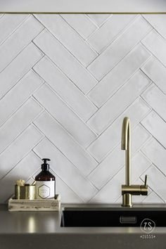 Les Crédences de Cuisine Tendance en 2019 A kitchen credenza with raised tiles, laid in chevron. Backsplash Herringbone, White Herringbone Tile, White Tile Backsplash, Marble Tiles, Subway Tiles, Herringbone Pattern, Küchen Design, Design Ideas, Design Styles