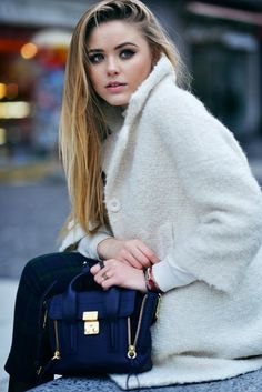 The swiss blogger Kristina Bazan from Kayture wearing a Tara Jarmon coat. #Kayture #tarajarmon #coat