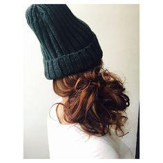 秋に近づき、ニット帽をかぶっている人も多いのでは?けれど、意外と困るのがヘアスタイル。不器用さんでもできる、ニット帽と相性抜群なおしゃれヘアアレンジをご紹介します♡