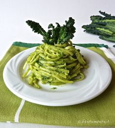 Kneads dough: Linguine with black cabbage pesto and almonds