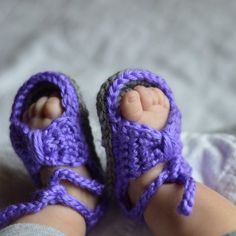 Get a free video tutorial for these easy and adorable crochet bow sandals for baby! aww, thanks so xox