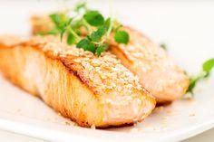 Tłuste ryby morskie dostarczają niezbędnych kwasów omega-3, szczególnie ważnych dla serca i mózgu. Łosoś zawiera witaminę D, na której niedobór cierpi wielu z nas. O to ona odpowiada za lepszą odporność i zdrowe kości!  Składniki