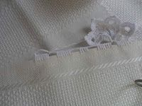 Facebook Twitter Pinterest LinkedIn Google + Bordo fiorito all'uncinetto molto semplice e delicato,utile per realizzare bordure per tovaglie,asciugamani e lenzuola. Per realizzare questo bordo fiorito all'uncinetto occorre: del filato di cotone e un uncinetto,e si lavora direttamente sul tessuto. 1° giro,sul tessuto fare ,5 maglie alte, saltare 1 cm di tela , 5 catenelle,ripetere per … Crochet Dollies, Crochet Lace, Crochet Stitches, Crochet Patterns, Ribbon Design, Irish Lace, Crochet For Kids, Handicraft, Cross Stitch Embroidery
