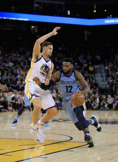Tyreke Evans of the Memphis Grizzlies drives on Klay Thompson of the Golden State Warriors at ORACLE Arena on December 20 2017 in Oakland California...