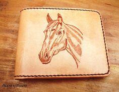 0cce671cc Billetera artesanal fabricada en potro en el exterior y cabra en el  interior. Tiene el busto de un caballo pirograbado en el exterior.