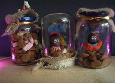 pietenpotjes potjes gevuld met goedkoop strooigoed van een bekende supermarkt. pietjes met magneetjes(van een andere supermarkt) aan de deksel. deksels versierd met jute. wordt wel tijd voor een lijmpistool,want met gewone lijm blijft he niet zo mooi zitten... Saint Nicolas, Arts And Crafts, Diy Crafts, Happy Kids, Toddler Crafts, Favorite Holiday, Lany, Mason Jars, Presents