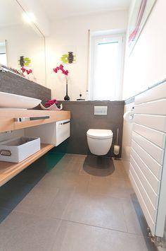 g ste wc fliesen grau holzablage badezimmer pinterest. Black Bedroom Furniture Sets. Home Design Ideas