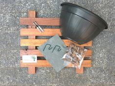 Nosso painel modular para jardim vertical inclui:  - 1 Painel em madeira tratada com stain hidrorepelente, com ação fungicida e inseticida. Medidas: 44cm x 40cm.  - Parafusos, buchas e ganchos para fixação.  - 1 vaso + kit drenagem (argila expandida e manta) para plantio.  Planta não inclusa.  É ...