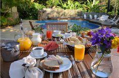 Café da manhã na piscina.
