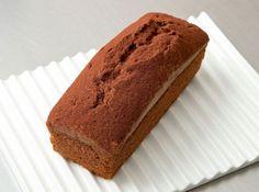 パウンド・ショコラ(チョコレートのパウンドケーキ) - 横田 康子シェフのレシピ。バターを泡立てて作る、シュガーバッター法という作り方。しっとりと口当たりも軽く仕上がるので、油分が多いチョコレート等に向いています。 しっかりとバターに空気を含ませることで、フンワリ焼き上がります。チョコレートのガナッシュが温かすぎるとバターが溶けるので、温度にご注意を。