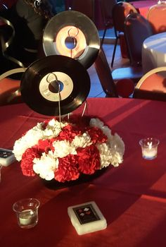 45 records centerpieces with different flowers Music Centerpieces, Unique Wedding Centerpieces, Party Centerpieces, Unique Weddings, Class Reunion Decorations, Birthday Table Decorations, Sweet 16 Decorations, Rockabilly Wedding, 50s Wedding
