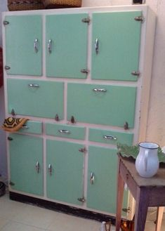 Alacena años 60/70, puertas color mint                                                                                                                                                                                 Más Chalk Paint Furniture, Furniture Decor, Vintage Toys, Retro Vintage, Retro Home, Old Pictures, Vintage Kitchen, Exterior Design, Childhood Memories