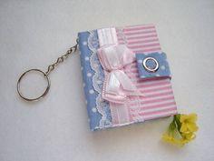 Chaveiro com bloquinho post it, com capa em cartonagem e revestido com tecido 100% algodão.  -