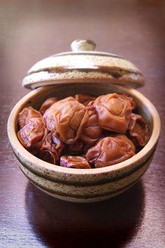梅干し Umeboshi:Japanese pickled plum. Its taste is salty and very sour.