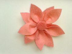 # Flor de fieltro color rosa