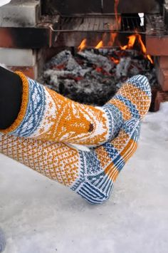 - SikSakSis -: They're in the chain - Super knitting Knit Mittens, Knitting Socks, Hand Knitting, Knitting Patterns, Knit Socks, Crochet Slippers, Knit Crochet, Fox Socks, Fox Pattern