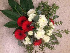 Dekorativ borddekorasjon med Roser, grenroser og Germini