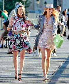 Millennials: Celebrated TV series is officially getting a reboot on upcoming streaming service. Gossip Girl Blair, Moda Gossip Girl, Gossip Girls, Gossip Girl Serena, Estilo Gossip Girl, Gossip Girl Outfits, Gossip Girl Fashion, Ed Westwick, Chuck Bass