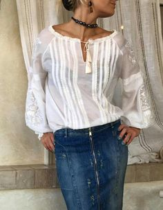 Camisa branca, com detalhes em renda. Mode Monochrome, Folk Fashion, Womens Fashion, White Shirts Women, Romantic Outfit, Embroidered Clothes, Sweet Dress, Complete Outfits, Blouse Styles