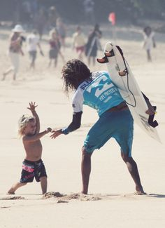highenoughtoseethesea:    Rob gets some love from a grom on the beach at 2010 Pipe Masters.