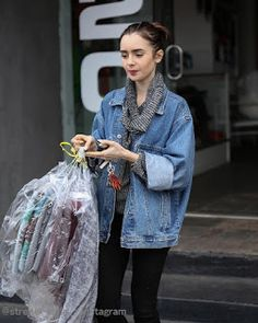Celebrity Style | 海外セレブ最新ファッション情報 : 【リリー・コリンズ】オーバーサイズのデニムジャケット×タートルネックを絶妙に着こなした上級コーデでク...