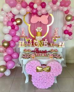 Encantadora essa festa com o tema Minnie Rosa!💕 Credit - New Sites Minnie Mouse Birthday Decorations, Minnie Mouse Theme Party, Minnie Mouse 1st Birthday, 1st Birthday Girls, Mouse Parties, 1st Birthday Parties, Disney Parties, Minnie Mouse Rosa, Partys