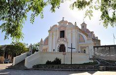 Parroquia Nuestra Señora de la Merced Ubicada a 36 km al sudoeste de la ciudad de Córdoba, la Estancia de Alta Gracia por el año 1659 había dejado atrás la originaria construcción de adobe y se había transformado en una mole de cal y piedra, desafiando con su estilo barroco la arquitectura de la época.
