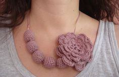 collana all'uncinetto con rosa / crocheted necklace with rose