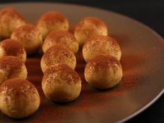 Reteta Bomboane Tiramisu: 125 gr branza mascarpone, 170 gr lapte condensat, ... Gateste Bomboane Tiramisu Tiramisu, Romanian Food, Muffin, Cooking Recipes, Sweets, Bread, Cheese, Cookies, Breakfast