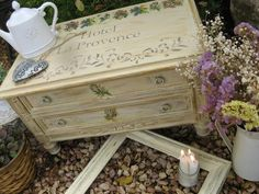 Preciosa mesa auxiliar decorada con decoupage y stencil