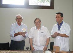 SinRural entrega renda de leilão ao HRC http://www.passosmgonline.com/index.php/2014-01-22-23-07-47/geral/9740-sinrural-entrega-renda-de-leilao-ao-hrc
