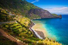 Maak je op voor een paradijselijke bestemming! Want Madeira is niet voor niets voor het tweede jaar op rij benoemd tot 'beste eilandbestemming van Europa'. Dit groene pareltje in de Atlantische Oceaan heeft alles. Een aangenaam klimaat, rijke cultuur, steile rotsen, watervallen én een vulkanische oorsprong die de voedingsbodem vormt voor avocado's, mango's en orchideeën. Te midden van dit natuurschoon verblijf je 7 of 14 nachten in een heerlijk viersterrenhotel vlak bij de hoo...