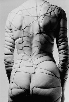 Artiste : Zdzislaw Beksinski  Référence proposée par Barbara Verhaeghe, thérapeute spécialisée dans l'accompagnement des personnes souffrant de boulimie, hyperphagie, anorexie, orthorexie, phobie alimentaire.  www.pleinement-soi.com