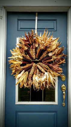 Decoração com Espiga e Palha de Milho Fall Decorations, Thanksgiving Decorations, Thanksgiving Ideas, Holiday Ideas, Z Craft, Craft Ideas, Indian Corn Wreath, Popcorn Seeds, Fall Crafts
