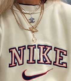 Vintage Nike sweatshirts are really trending right now 3 Retro Outfits, Cute Casual Outfits, Casual Chic, Cute Nike Outfits, Cute Vintage Outfits, Vintage T Shirts, Sweatshirts Vintage, Vintage Jumper, Batman Outfits