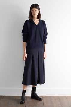 AUTUMN WINTER 2018 - NAVY 3 PLY WOOL MARION FOALE SHAWL COLLAR JUMPER, DARK NAVY HIGH TWIST WOOL LONG PLEAT SKIRT, NAVY FINE MERINO PLAIN SOCK, BLACK LEATHER HEAVY SOLED CHELSEA BOOT Chelsea Boots Outfit, Margaret Howell, Minimal Outfit, Minimal Fashion, Slow Fashion, Ethical Fashion, Minimale Kleidung, Long Skirt Outfits For Summer, Midi Rock Outfit