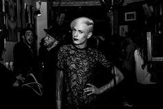 SCHWARZER REITER BERLIN - Rasend schnell füllte sich die kleine dunkle Bar mit den Gästen, u.a. Model Markus Kenzie und Künstlerin Nina de Lianin, und genauso rasant fanden wir uns wieder in einer von aus dem Nichts angeheizten, erotisch aufgeladenenen Atmosphäre inmitten angeknipster Partypeople.