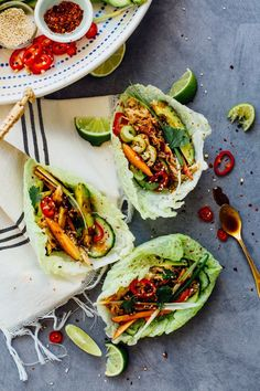 These hoisin chicken cabbage tacos combine all the flavors of peking duck, but are super easy and way more healthy! food and drink Cabbage Tacos, Chicken And Cabbage, Cabbage Wraps, Napa Cabbage, Asian Recipes, Mexican Food Recipes, Healthy Recipes, Healthy Tacos, Hoisin Chicken