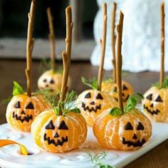 halloween decorations tree 5 Dicas Para Fazer Uma Decorao de Festa Simples e Bonita Comida De Halloween Ideas, Soirée Halloween, Healthy Halloween Treats, Halloween Dinner, Halloween Desserts, Halloween Food For Party, Halloween Birthday, Baby Shower Halloween, Halloween Breakfast