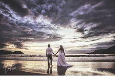 Ensaio de casal - Ana Carolina e Filippo realizada na praia em São Sebastião - São Paulo. Arthur Foschini Fotografia   Trash the Dress