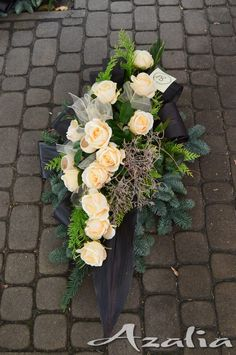 Funeral Flower Arrangements, Funeral Flowers, Grave Decorations, Flat Ideas, Ikebana, Diy And Crafts, Floral Wreath, Wreaths, Home Decor