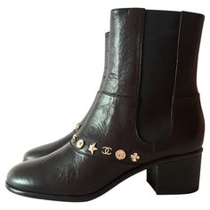 Chanel Stiefel mit Charms #secondhandmode